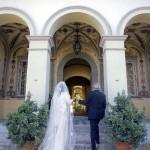 Sposi entrano in villa